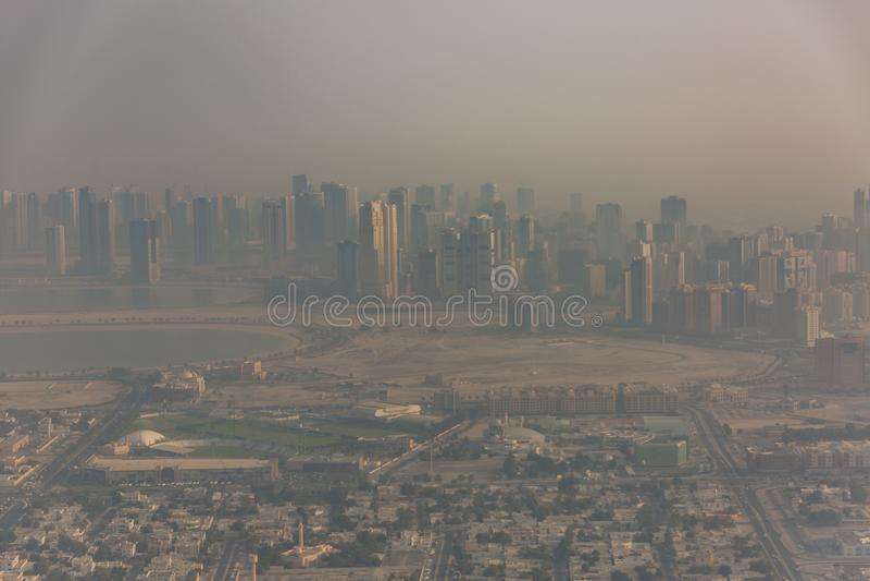 从飞机的迪拜酋长管辖区激动人心的景色,在沙尘暴前的早晨视图 免版税库存图片