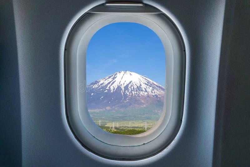 从飞机窗口的美好的富士山景 库存图片