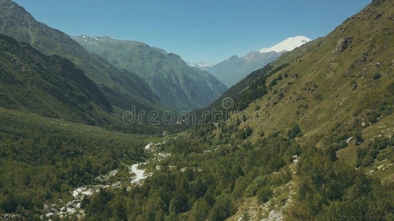 从飞行寄生虫山森林高山顶视图的空中射击 库存图片