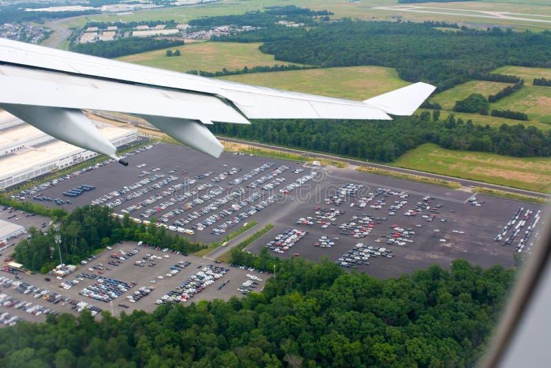 从飞行的飞机采取的汽车停车处鸟瞰图 免版税库存照片
