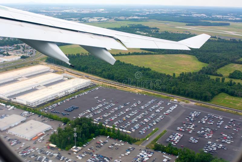 从飞行的飞机采取的汽车停车处鸟瞰图 免版税库存图片