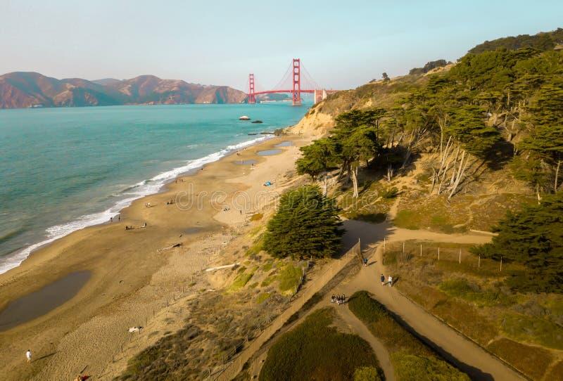 从马歇尔` s海滩的金门桥在旧金山 库存照片