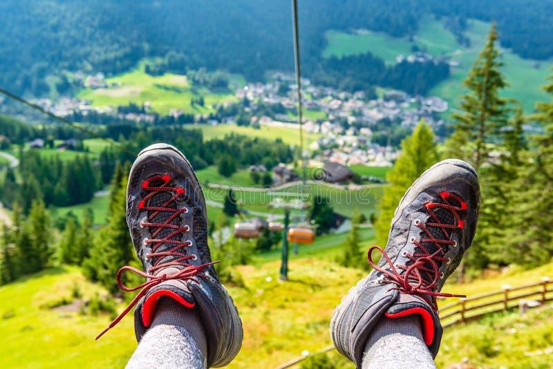 从驾空滑车的看法向山谷 免版税库存图片