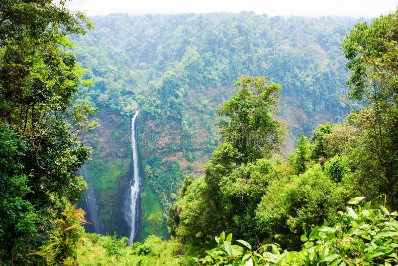 从高山的流线瀑布在老挝 库存图片