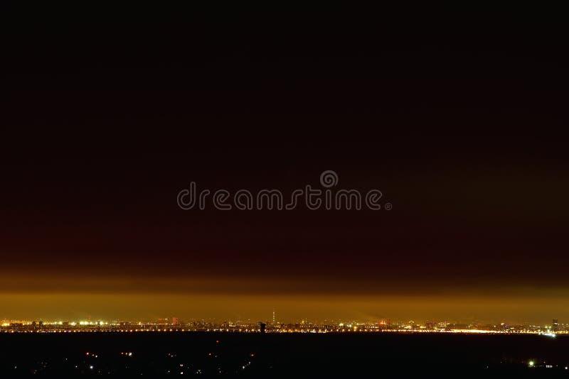 从高度的夜城市在天际、夜空-天空的咖啡颜色和光 免版税库存照片