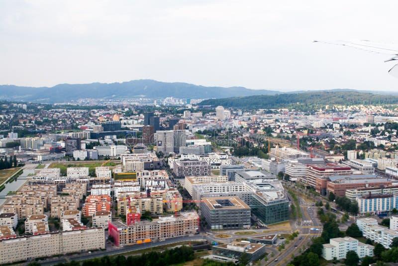 从高角落的城市视图、大厦和大厦、房子、河和街道 免版税库存图片