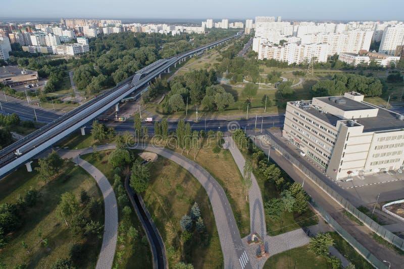 从鸟视域的地铁Ulitsa Gorchakova和Butovo公园,莫斯科,俄罗斯 免版税库存图片