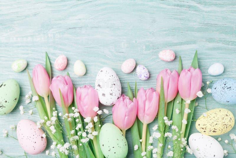 从鸡蛋和春天花的复活节背景 顶视图 免版税库存照片