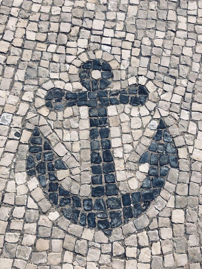 从鹅卵石建立的船锚标志 免版税图库摄影