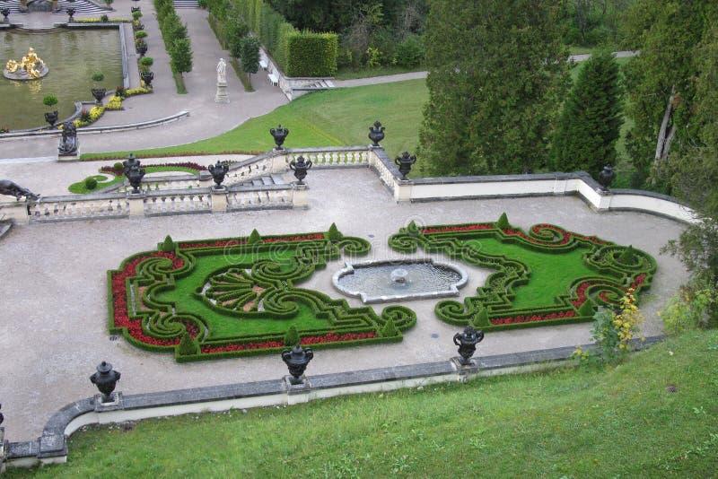从黄杨木潜叶虫的花园在Linderhof宫殿附近在德国 免版税库存照片