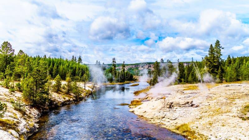 从黄石国家公园的Fan Geyser和其他几个间歇泉和温泉流入Firehole河 免版税库存图片