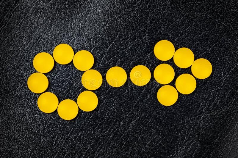 从黄色配药医学药片形成的男性象 免版税库存照片