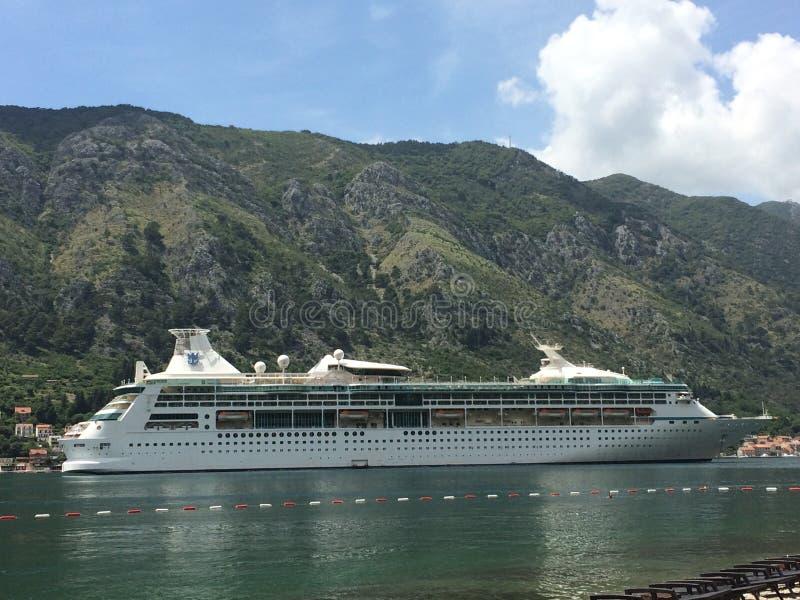 从黑山港出发的巨型游艇 库存图片
