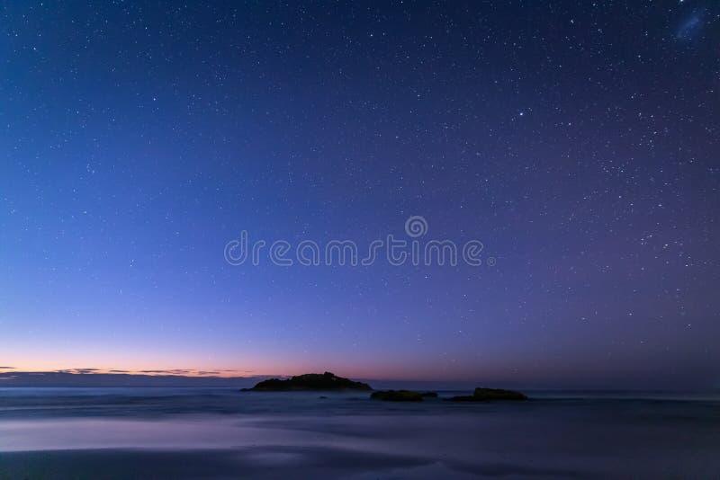 从黑岩石的看法在晚上靠岸 图库摄影