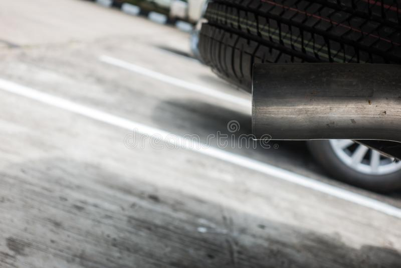 从黑汽车的尾气,大气污染概念 图库摄影