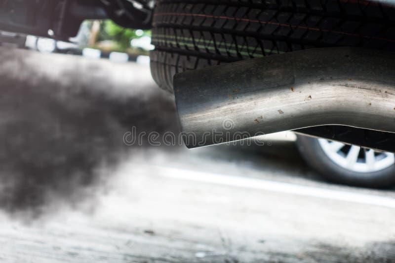 从黑汽车的尾气 免版税库存图片