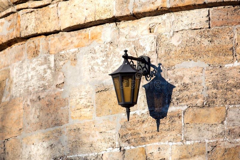 从黑铁的一个取决于的街灯灯笼 免版税图库摄影