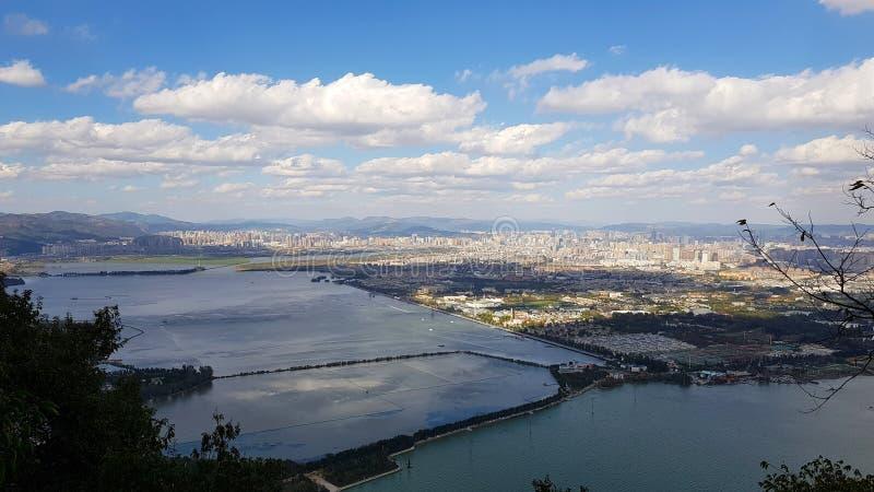 从龙门和Dianchi湖看见的城市昆明,云南,中国 库存图片