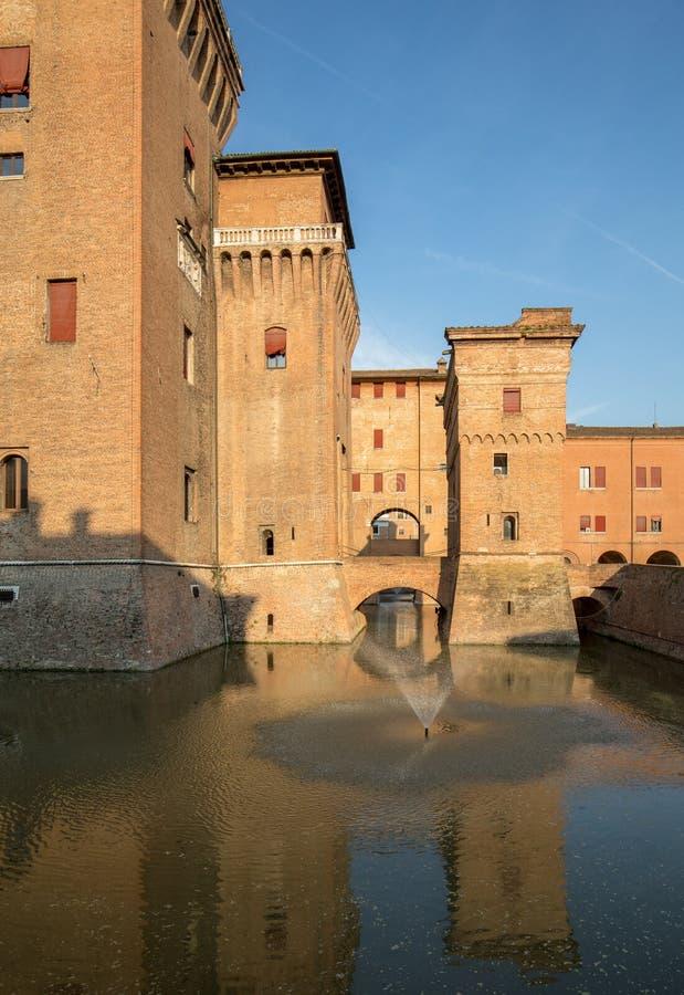 从14世纪防御Estense,四耸立的堡垒,费拉拉,伊米莉亚罗马甘 免版税库存图片