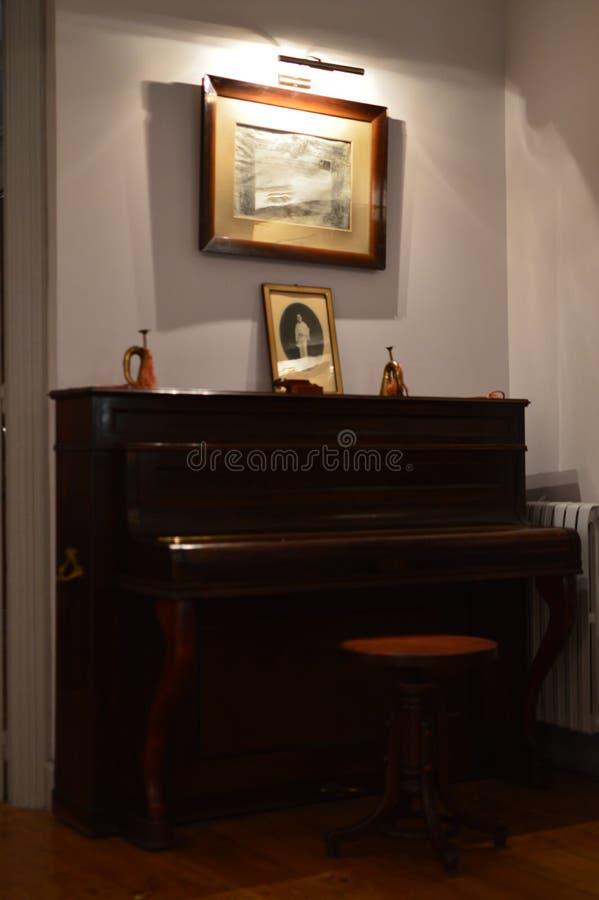 从20世纪50年代的美丽的钢琴 内部,音乐,家具,葡萄酒 免版税图库摄影
