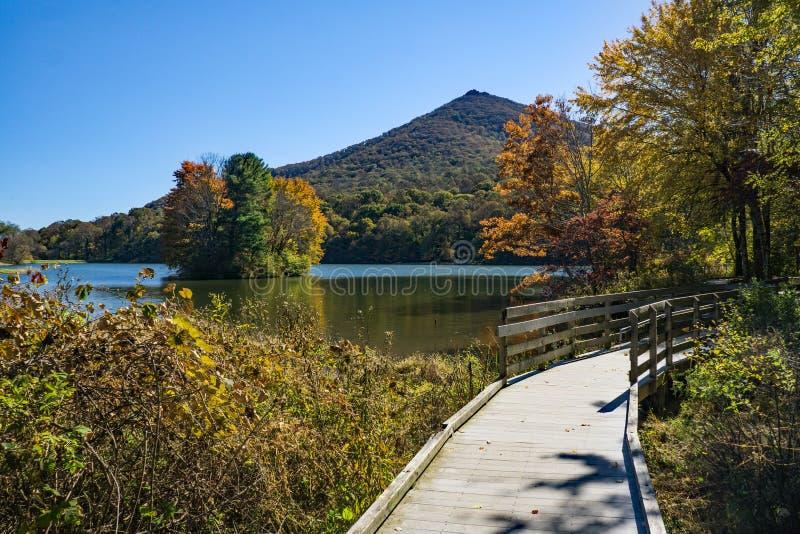 从Abbott湖木板走道和锋利的顶面山的秋天视图 库存照片