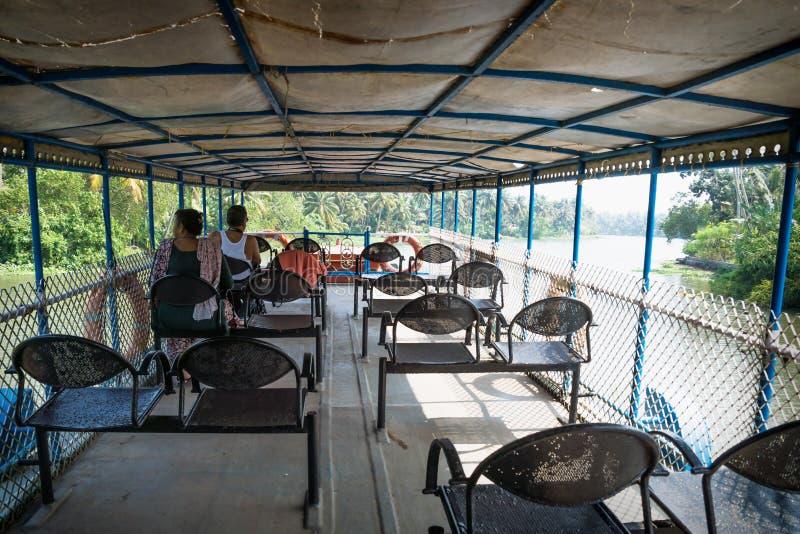 从Alappuzha到印度喀拉拉邦Kollam的Kollam kottapuram水道的渡轮甲板上 图库摄影