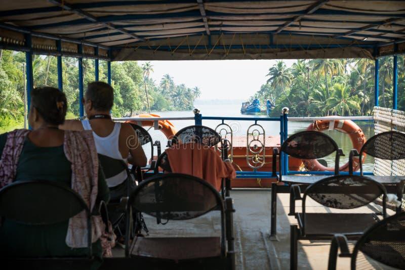 从Alappuzha到印度喀拉拉邦Kollam的Kollam kottapuram水道的渡轮甲板上 库存图片