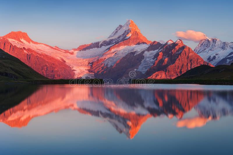从Bachalp湖/Bachalpsee,瑞士的美好的平衡的全景 美丽如画的夏天日落在瑞士阿尔卑斯,格林德瓦 免版税库存照片