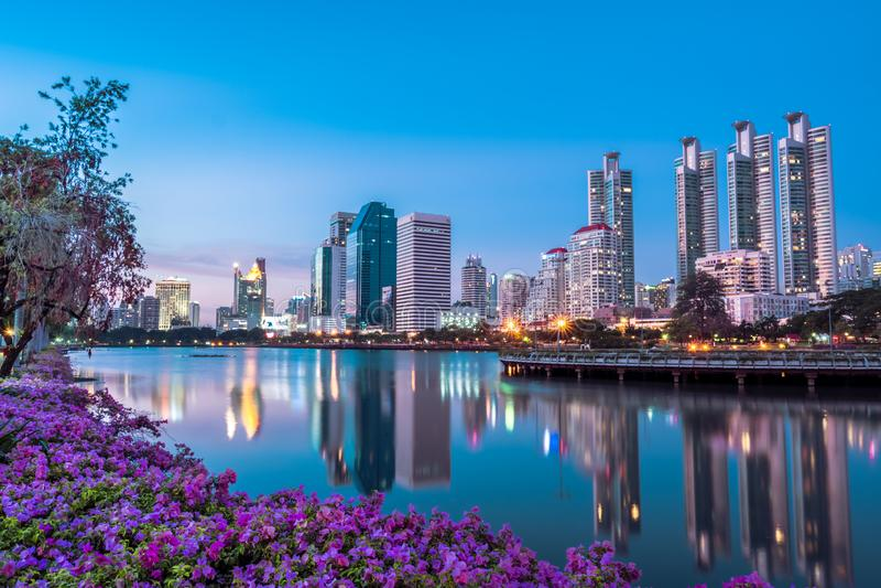 从Benjakiti公园或者高层建筑物看见的都市风景、风景在曼谷,泰国 免版税库存图片