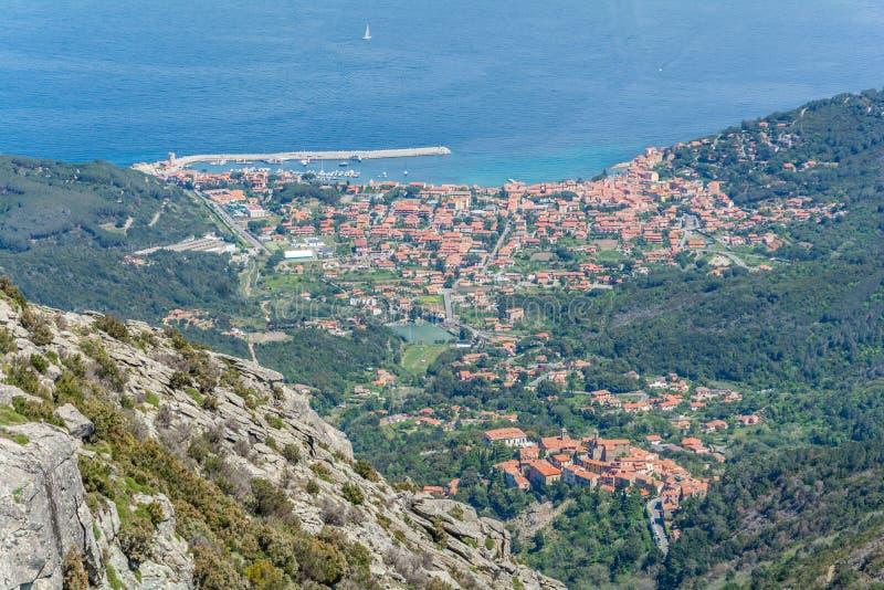 从Capanne山的顶端马尔恰纳马里纳视图在厄尔巴岛,托斯卡纳,意大利 库存图片