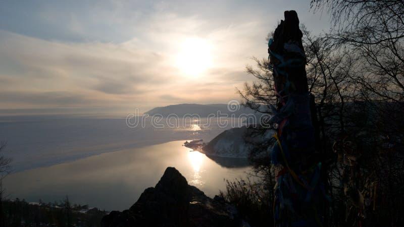 从Chersky石头的看法在日落的利斯特维扬卡在贝加尔湖和安加拉河 免版税图库摄影