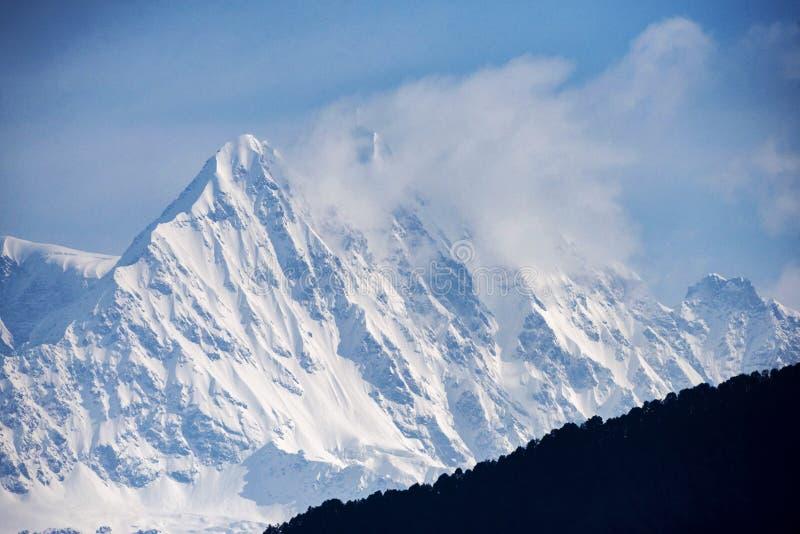 从Devriya看的喜马拉雅峰顶Taaal,Garhwal,北阿坎德邦,印度 免版税库存照片