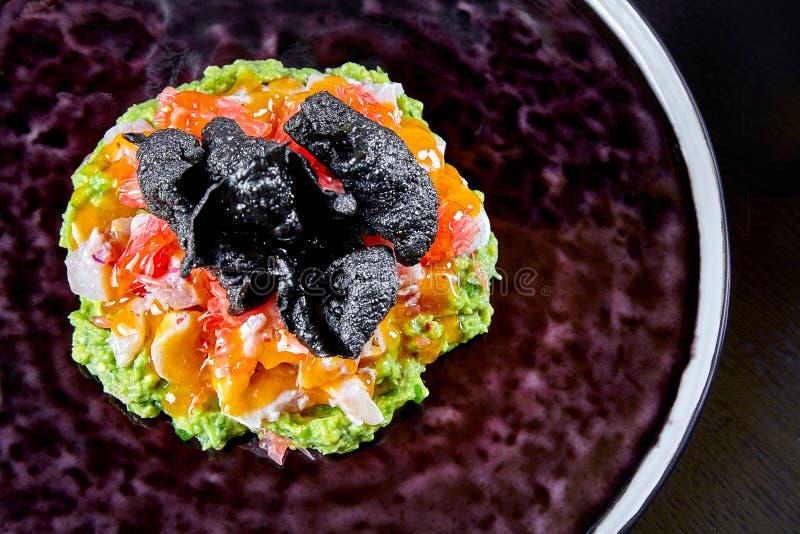 从dorado的新和鲜美cebiche 从生鱼片的海鲜盘 与鱼、米芯片和鲕梨的Ceviche 烹调拉美 免版税库存照片