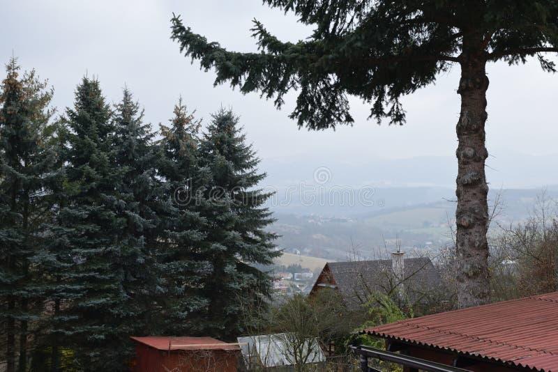 从Doubravska hora山的村庄解决观看的捷克风景2018年12月15日 免版税库存图片