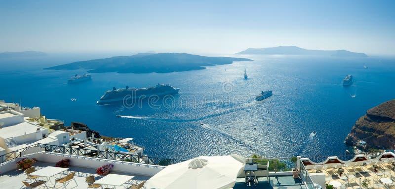 从Fira, Santorini的破火山口和Nea Kameni视图 免版税库存图片