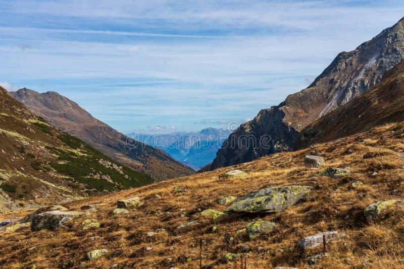 从Fluela通行证的美丽的景色在达沃斯-格里松州,瑞士附近 免版税图库摄影