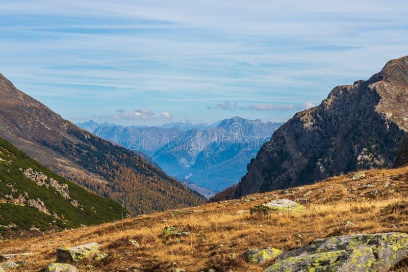 从Fluela通行证的美丽的景色在达沃斯-格里松州,瑞士附近 图库摄影
