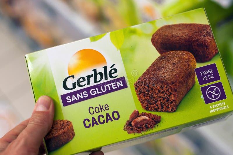 从Gerblé品牌的面筋自由巧克力蛋糕在Cora超级市场 免版税图库摄影