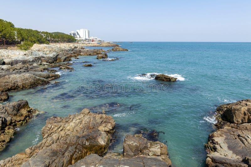 从Haedong Yonggungsa寺庙,其中一个旅游地标和吸引力看见的东北釜山海边在釜山,韩国 免版税库存图片