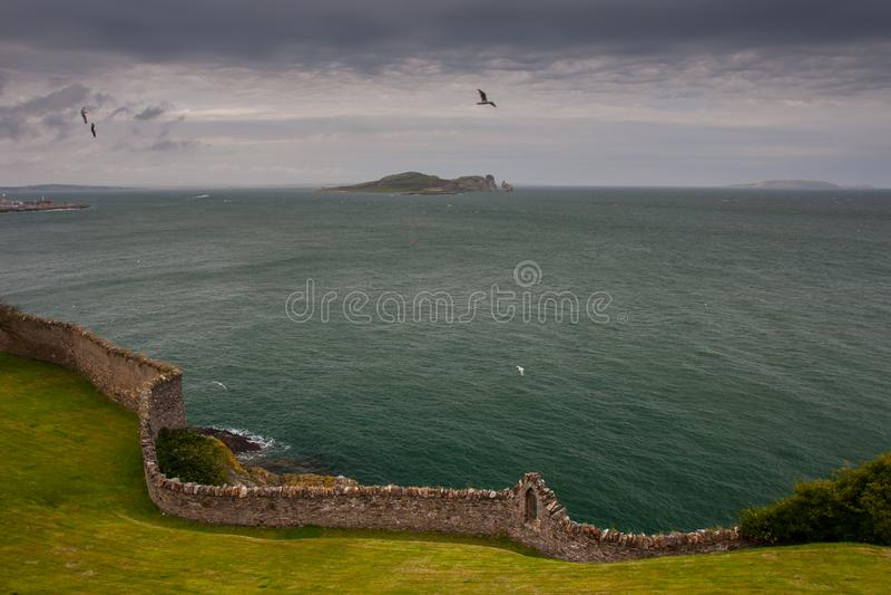 从Howth采取的爱尔兰眼睛岛海岛,都伯林,爱尔兰 免版税库存图片