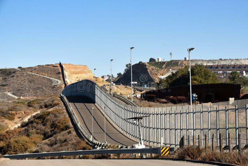 从IInternationl友谊Pa看见的美国墨西哥边界墙壁 免版税图库摄影