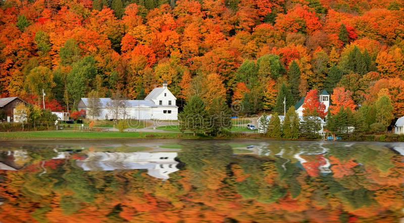 从Joes池塘的丹维尔佛蒙特教会 免版税库存图片