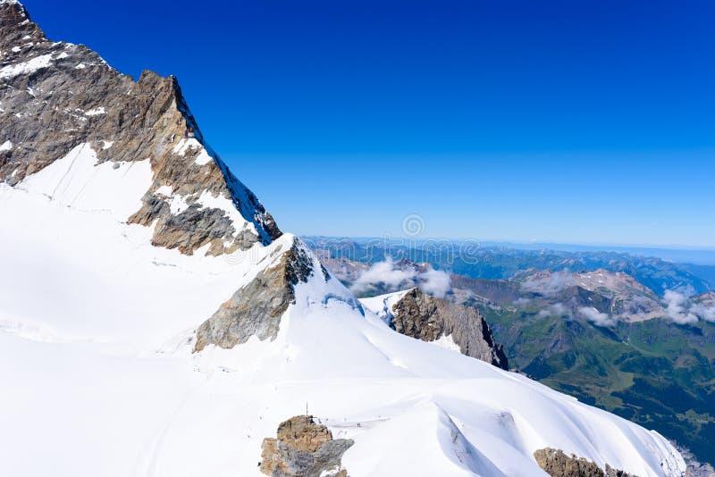 从Jungfraujoch平台的看法向伯尔尼兹阿尔卑斯山脉在瑞士-旅行目的地在欧洲 免版税库存图片