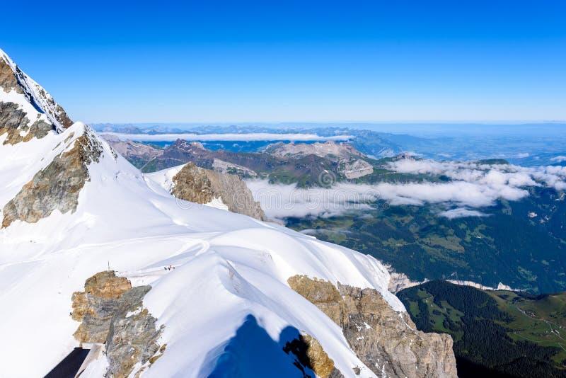 从Jungfraujoch平台的看法向伯尔尼兹阿尔卑斯山脉在瑞士-旅行目的地在欧洲 免版税图库摄影