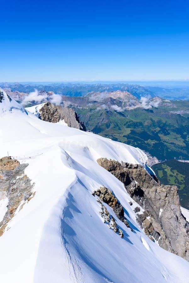 从Jungfraujoch平台的看法向伯尔尼兹阿尔卑斯山脉在瑞士-旅行目的地在欧洲 免版税库存照片