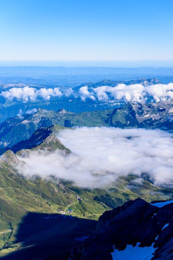 从Jungfraujoch平台的看法向卢达本纳,伯尔尼兹阿尔卑斯山脉在瑞士-旅行目的地在欧洲 免版税库存照片
