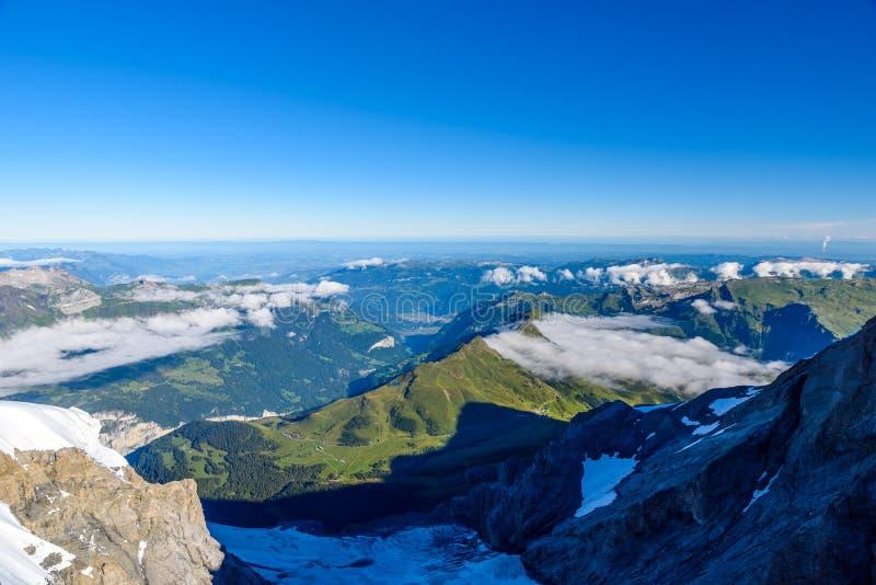 从Jungfraujoch平台的看法向卢达本纳,伯尔尼兹阿尔卑斯山脉在瑞士-旅行目的地在欧洲 免版税库存图片