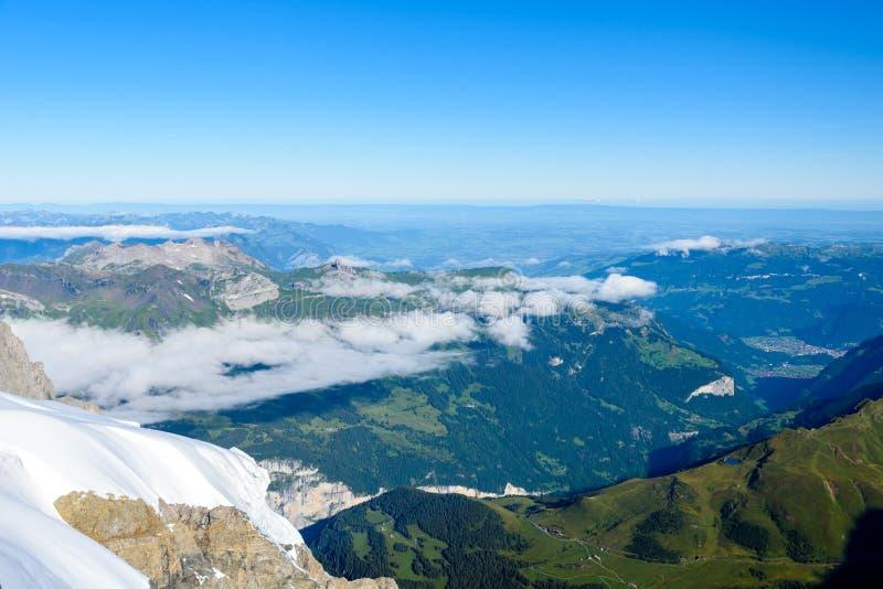 从Jungfraujoch平台的看法向卢达本纳,伯尔尼兹阿尔卑斯山脉在瑞士-旅行目的地在欧洲 免版税图库摄影