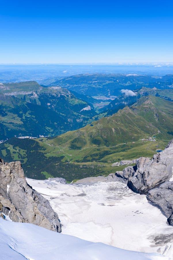 从Jungfraujoch平台的看法向卢达本纳,伯尔尼兹阿尔卑斯山脉在瑞士-旅行目的地在欧洲 库存照片