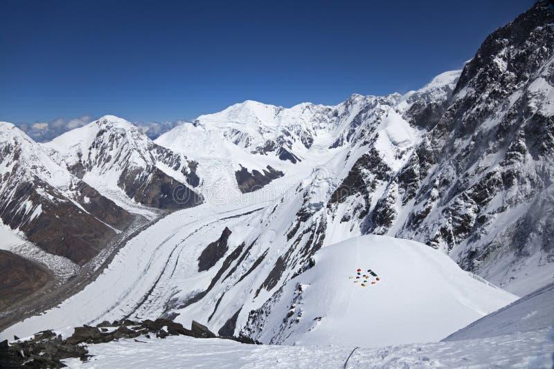 从Khan Tengri峰顶, Tian掸人山腰的视图  库存照片